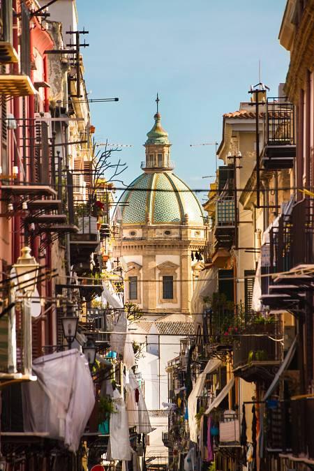Imagen de una calle de Palermo, la capital y ciudad más poblada de Sicilia.