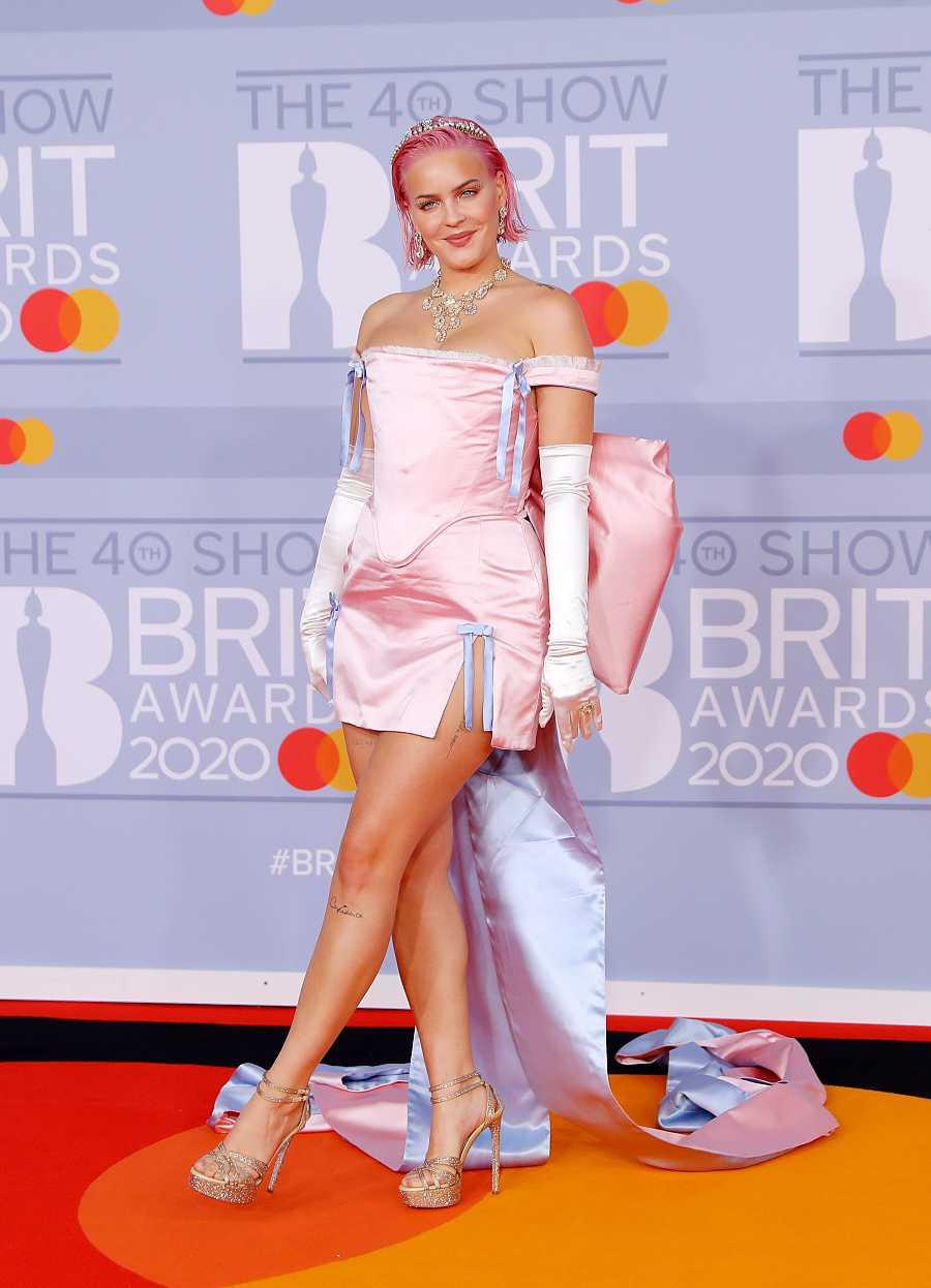 Anne-Marie eligió para los Brit 2020 el raso rosa, combinado con un forro también de raso azul bebé en la cola de su vestido. No le faltaron los guantes, también de raso, y las joyas despampanantes, tiara incluida