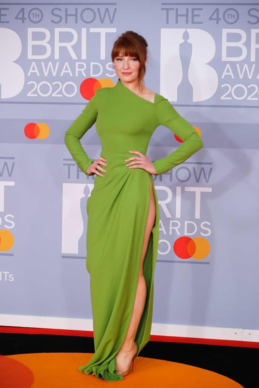 La cantante Nicola Roberts con un vestido verde asimétrico de crêpe con abertura lateral