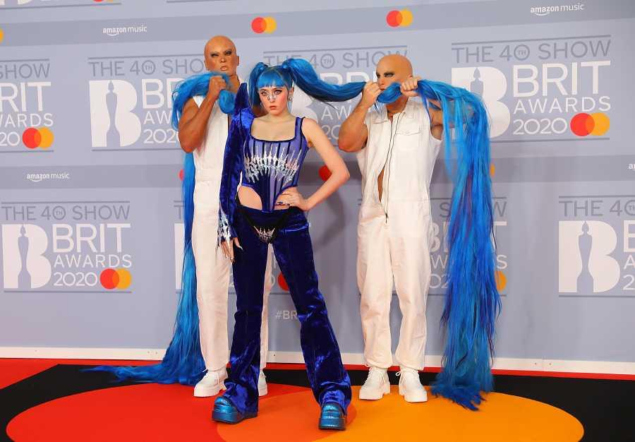 La cantante norteamericana Ashnikko llega a los Brit Awards 2020 con un estilo manga y con ayuda para sujetar sus coletas azules