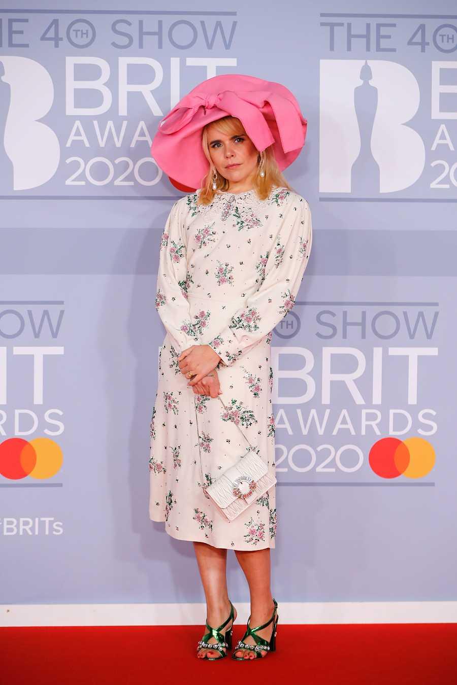 La cantautora brtitánica Paloma Faith en los Bristh Awards con un estilo ¿dolly? Es complicado de definir