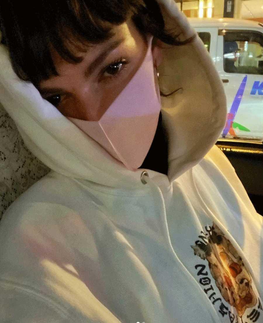 Úrsula Córberó nos enseña en su perfil de Instagram un primer plano de su rostro protegido con una mascarilla en su viaje a Tokio