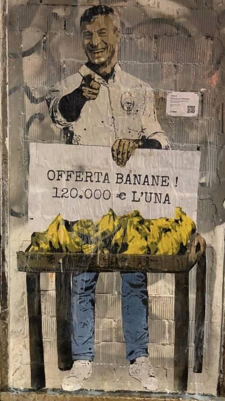 Este graffiti hace referencia a la obra de Mauricio Cattelan, valorada en 120.000 euros.