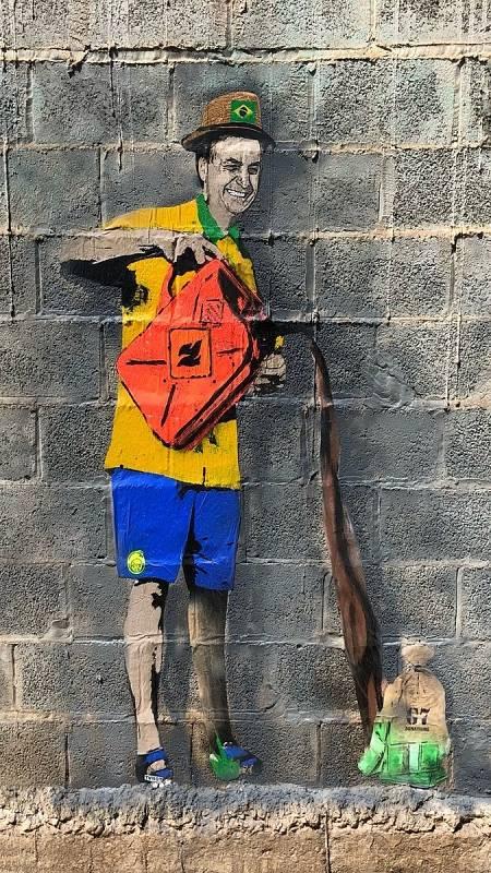En la imagen, Bolsonaro, con una gorra con la bandera de Brasil, echa gasolina a La Amazonia.