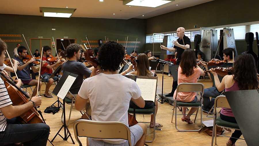 Jesús López Cobos ensayando con la orquesta