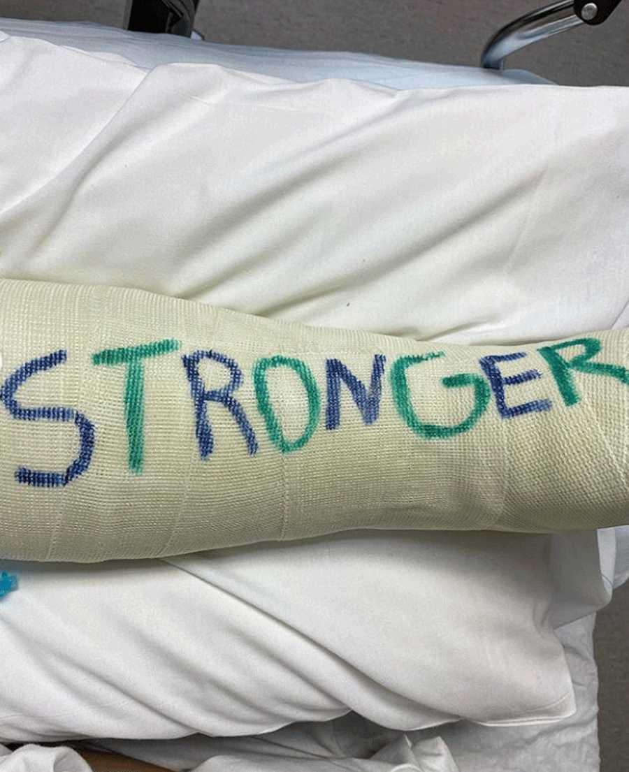 La escayola que le han puesto a Britney Spears porque se ha roto el pie que le llega hasta la rodilla. Su novio, Sam, le ha firmado con la palabra
