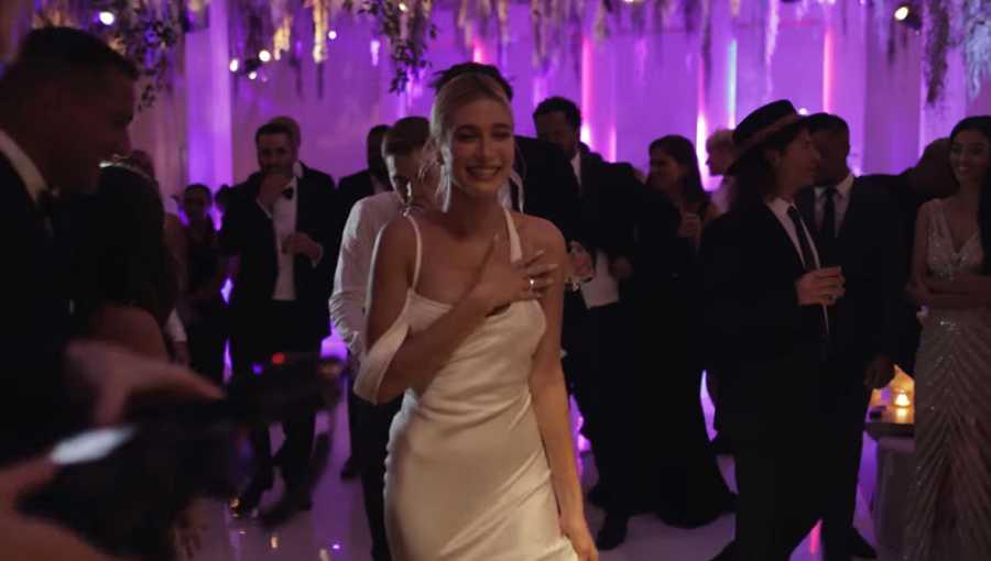 Hailey Bieber se cambió dos veces de vestido durante la fiesta