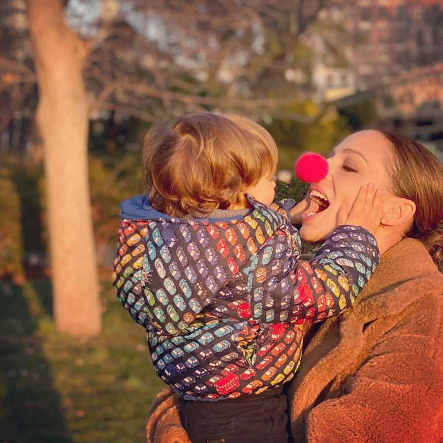 Eva González en una foto que ha subido a sus redes con su hijo Cayetano en brazos que se divierte con la nariz de payasa que se ha puesto su madre en pleno carnaval