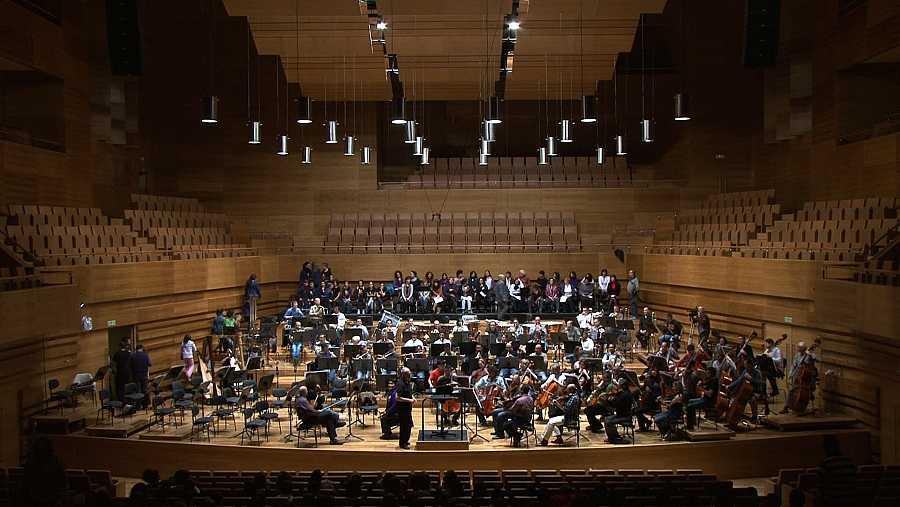 El programa acompaña al maestro a los ensayos con diversas orquestas