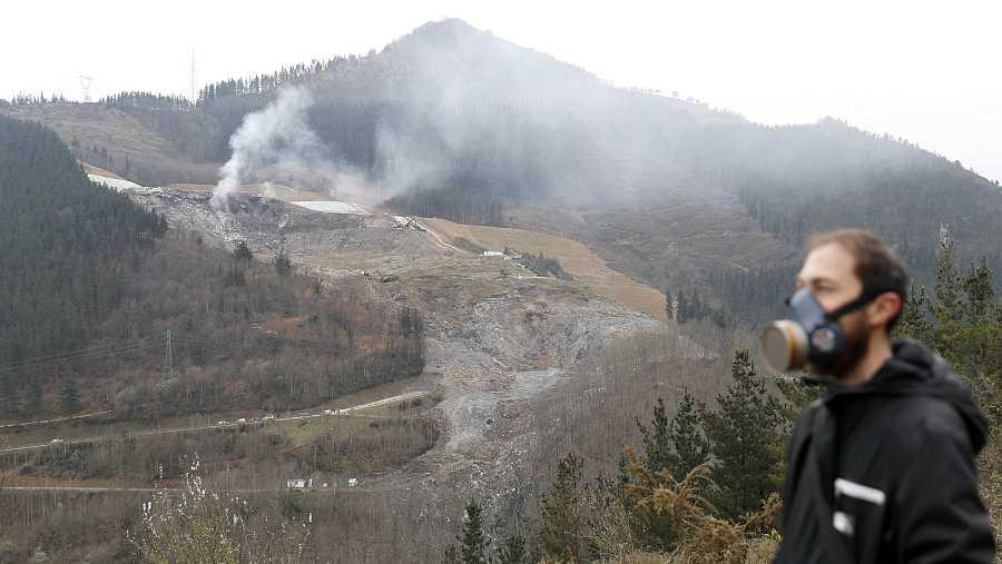 La descomposición de la materia orgánica genera metano y otros gases, lo que produce inestabilidad en los vertederos.