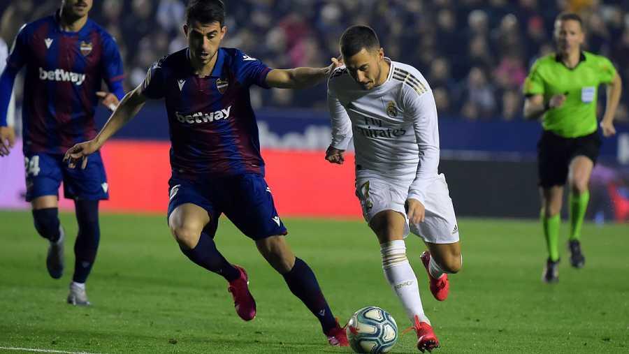 Hazard trata de supera a Sergio Postigo