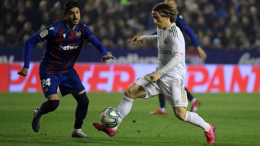 José Campaña disputa un balón con Luka Modric