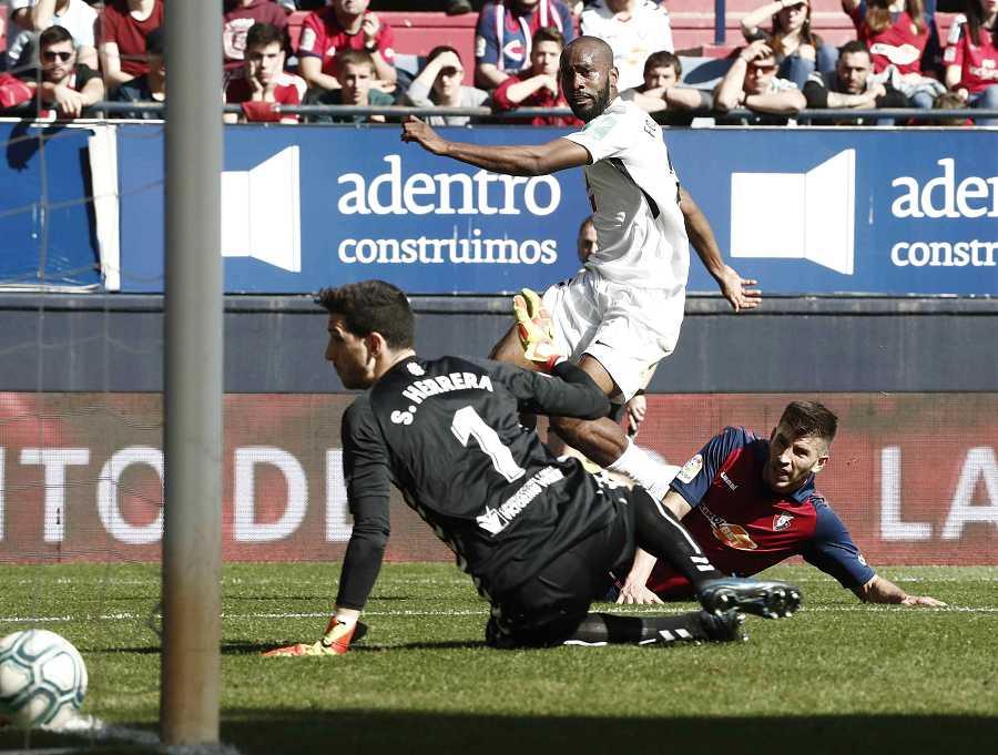 El defensor francés Dimitri Foulquier (c) del Granada, marca gol