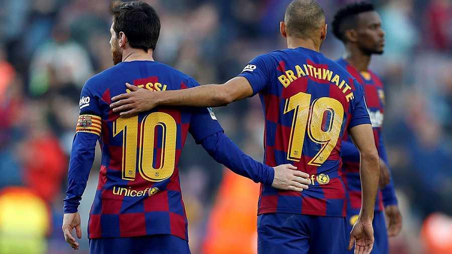 El danés del Barcelona Martin Braithwaite (d) y el delantero argentino Lionel Messi