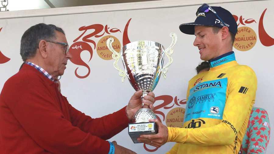 Fuglsang recibe el trofeo al liderar tras la cuarta etapa