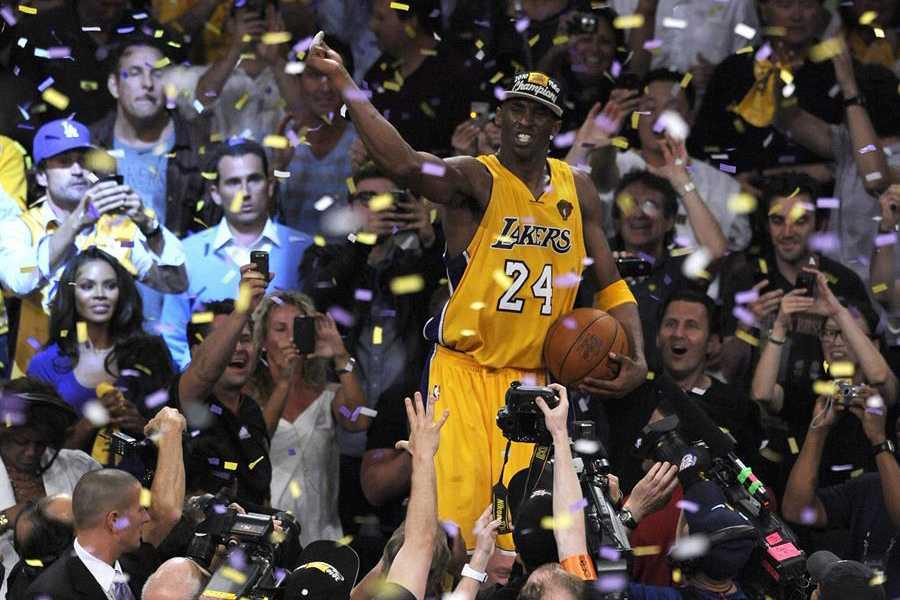 Kobe celebra su quinto anillo sobre la mesa de anotadores