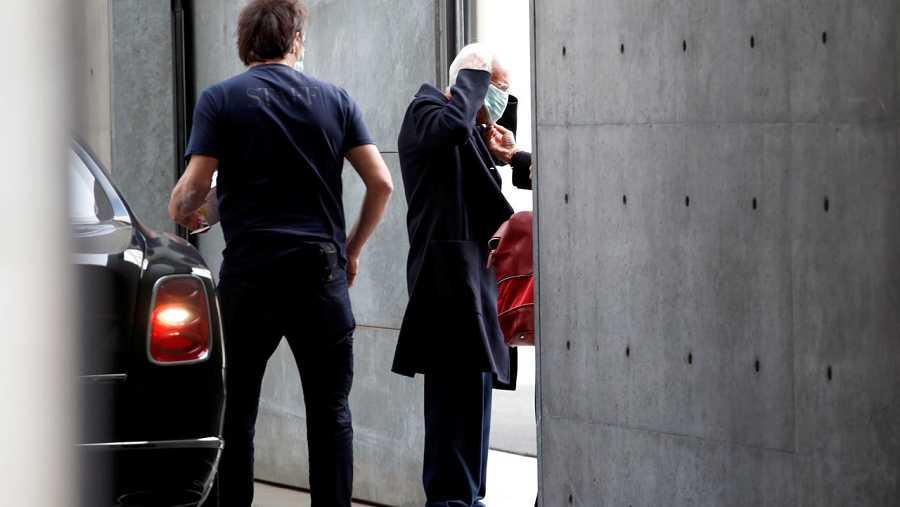 El diseñador Giorgio Armani se protege con una mascarilla a su llegada a la semana de la moda de Milán.