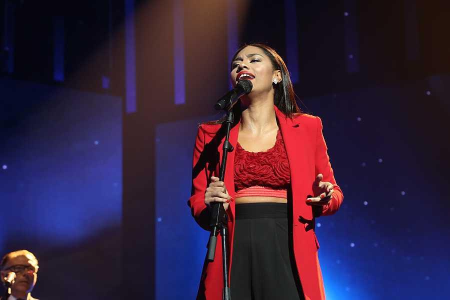 Nia cantando