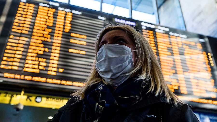 Una mujer con mascarilla en el aeropuerto de Roma (Italia)