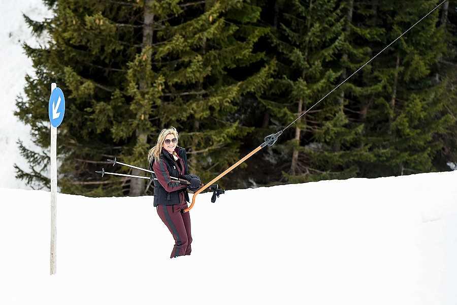 La reina Máxima posando en la nieve en el resort de Lech, Austria
