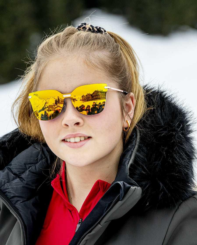 La princesa Amalia estrenando agujeros en las orejas en Lech