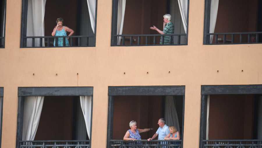 Turistas en el hotel H10 Costa Adeje Palace, vigilado tras declararse dos casos de coronavirus. DESIREE MARTIN / AFP