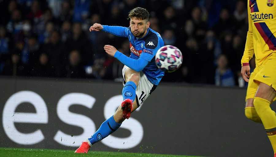 El delantero del Nápoles, Dries Mertens, dispara a la portería del FC Barcelona para hacer el primer gol del e