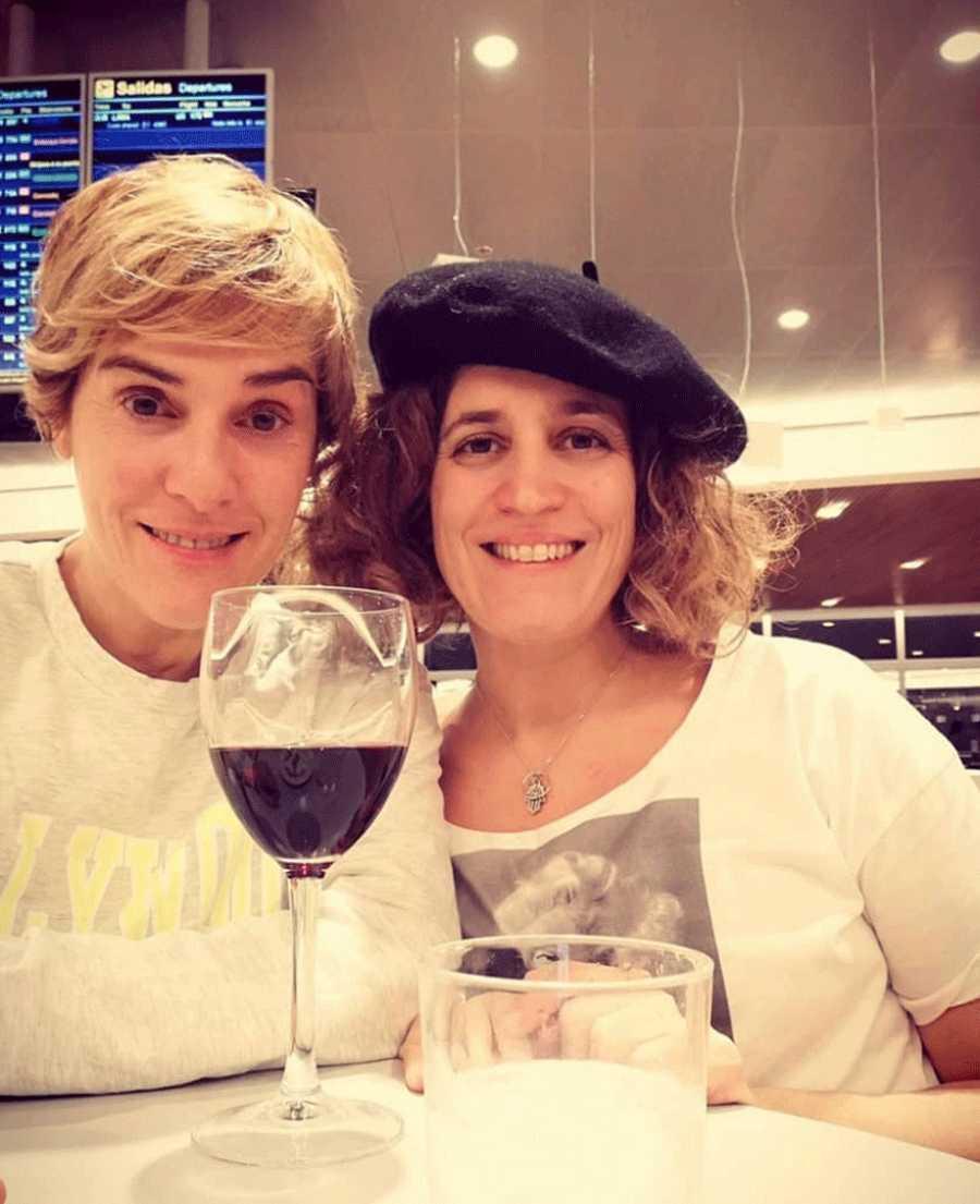 Anabel Alonso y su novia Heidi Steinhardt en el aeropuerto antes de subir al avión rumbo a Argentina las pasadas Navidades