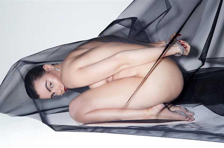 La modelo y activista Charli Howard emula a Frida Kahlo en el posado con joyas de BVLGARI