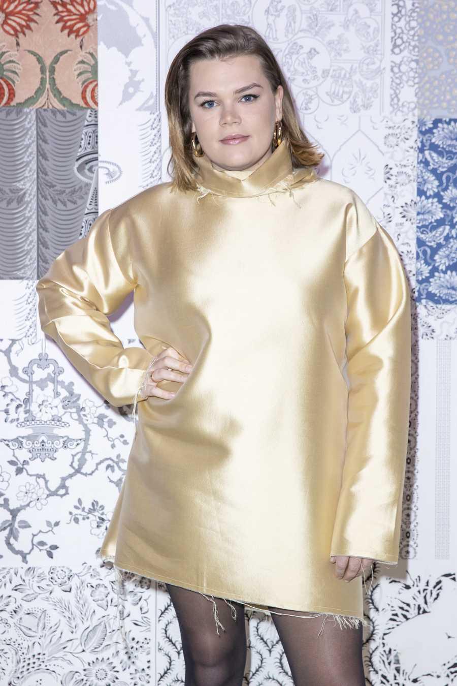 Camille Gottlieb posa con uno de los vestidos diseñados por su hermana, Pauline Ducruet, en la semana de la moda de París