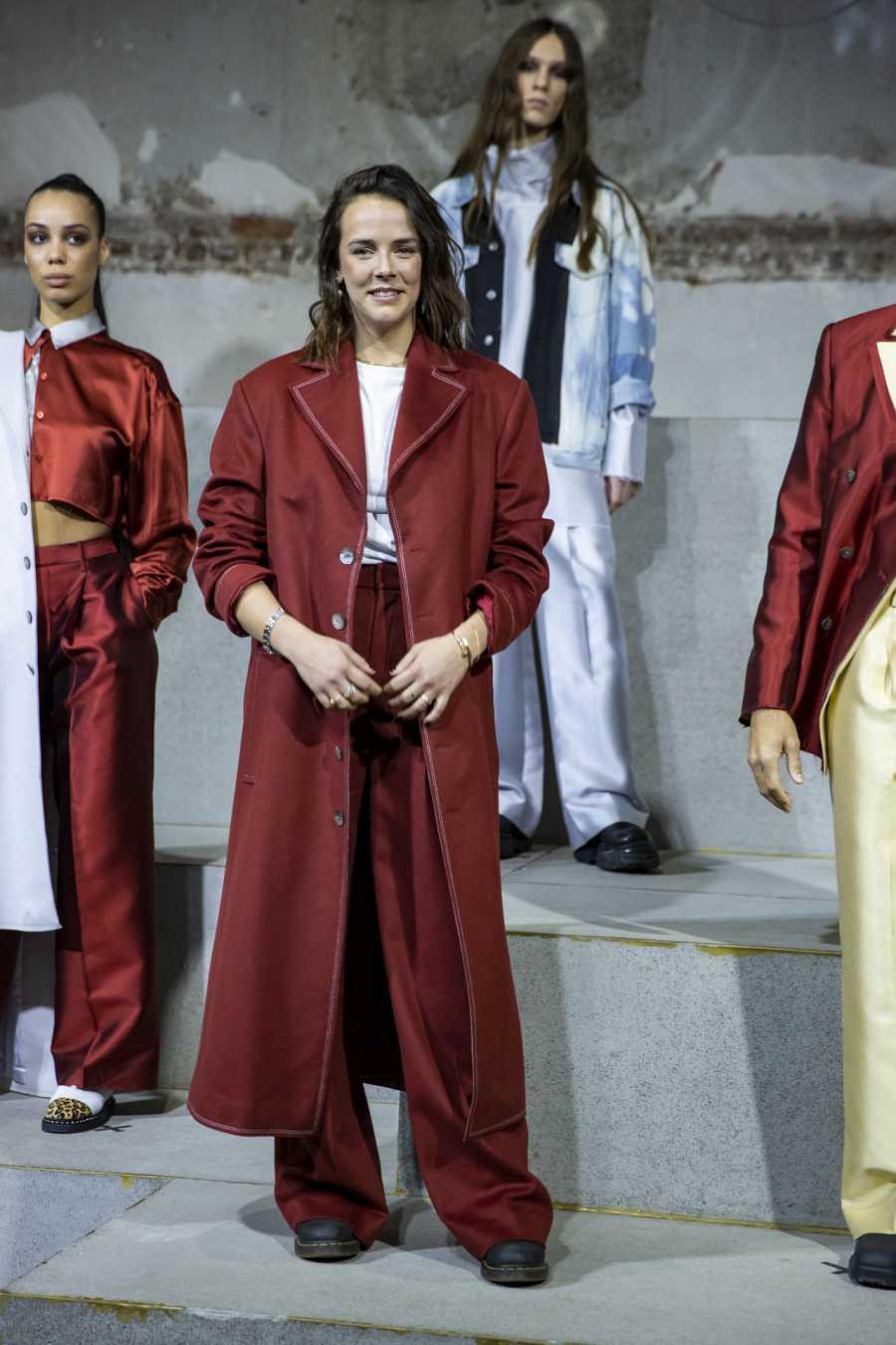 Pauline Ducruet posa con uno de sus propios diseños en la semana de la moda de París