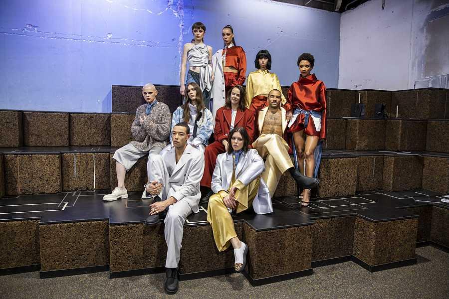 Pauline Ducruet posa con los modelos al final de su desfile en la semana de la moda de París
