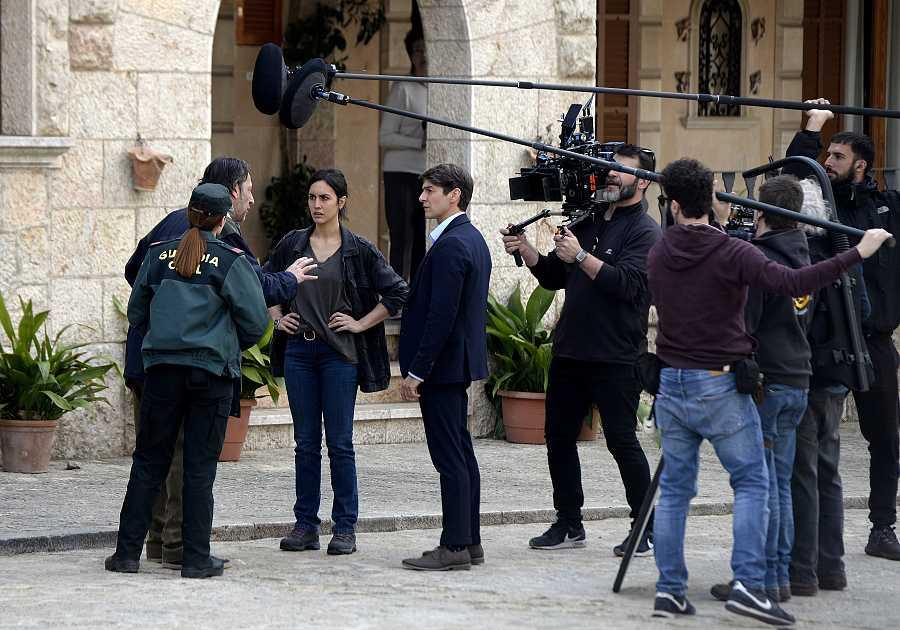 Megan Montaner y Félix Gómez durante el rodaje de la serie 'La caza. Tramuntana' en Valldemossa, Mallorca.
