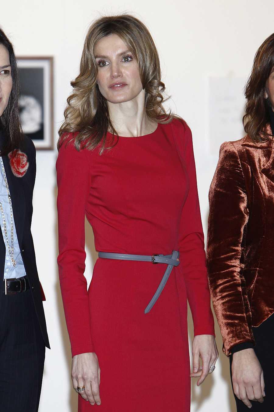 La reina Letizia en ARCO 2011 con un vestido rojo, uno de los más repetidos por la monarca