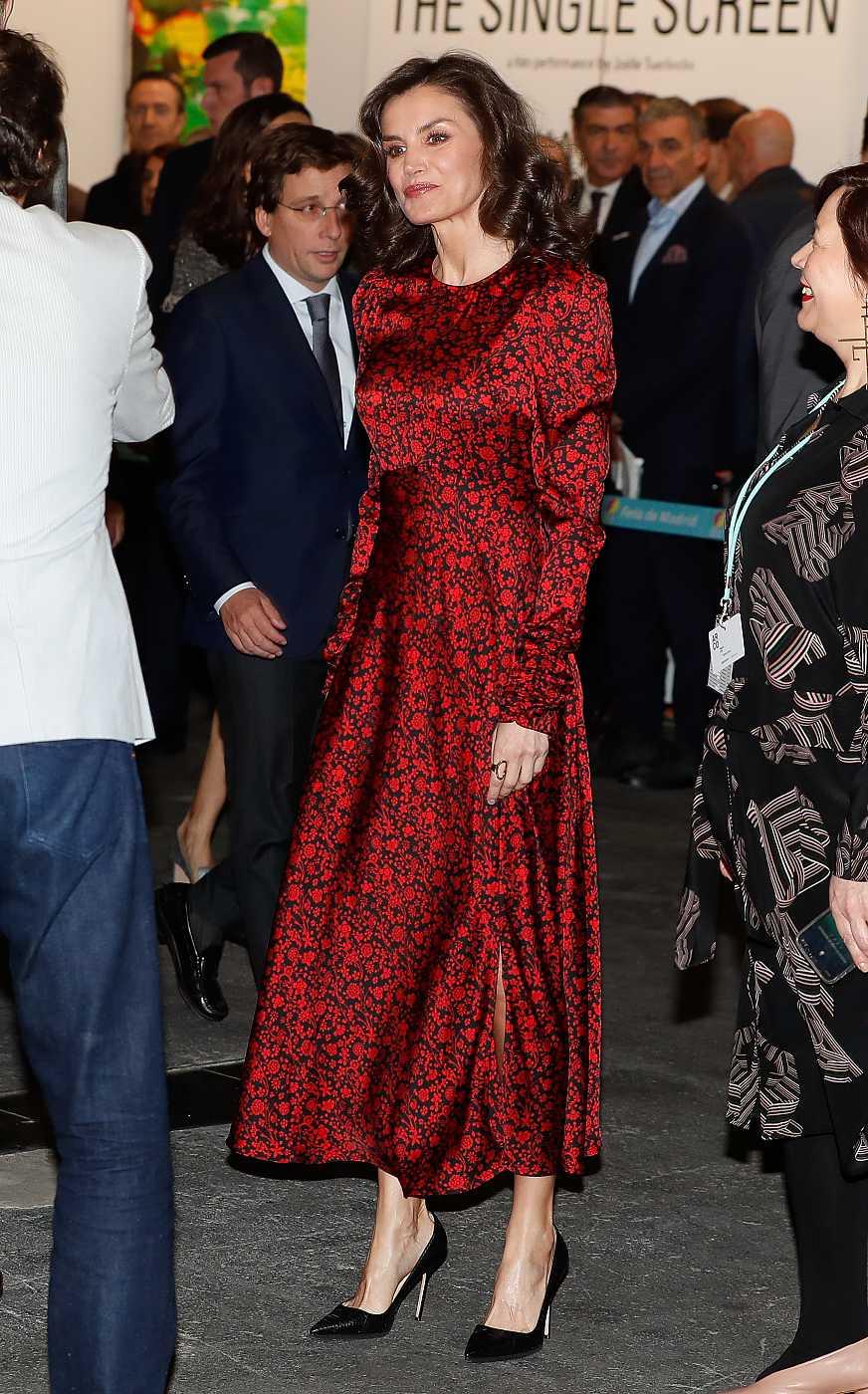 La reina Letizia en ARCO 2020 con un vestido de la firma francesa Maje
