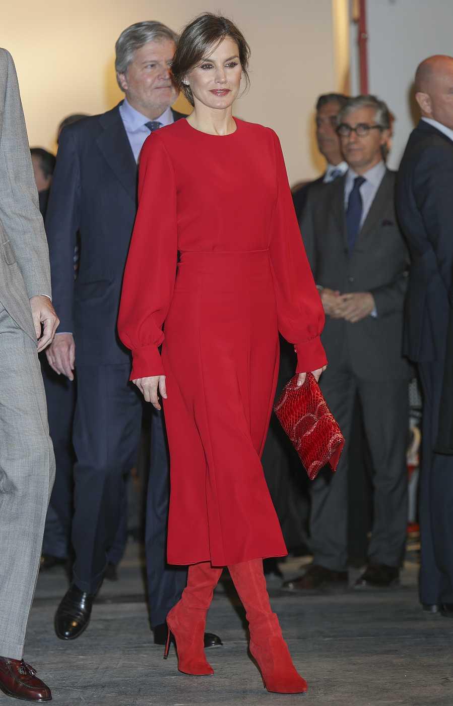 La Reina Letizia en ARCO 2018 con blusa, falda midi y botas en color rojo