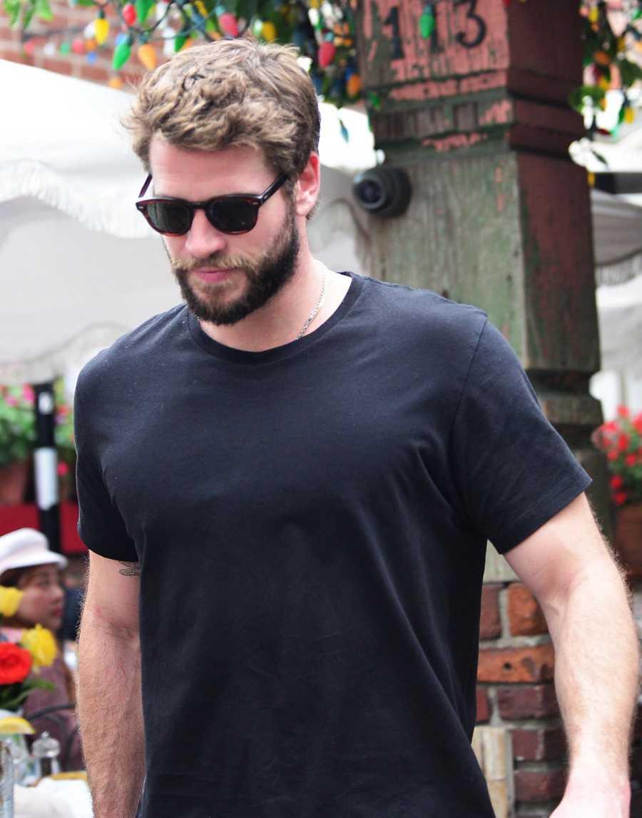 Liam Hemsworth saliendo de un restaurante en Los Angeles