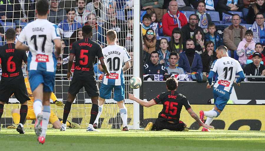 Raúl de Tomás (d) marca el primer gol del encuentro después de que el balón rebote en Savic