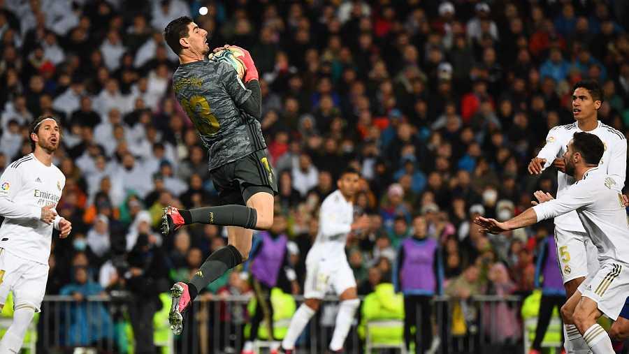 El portero del Real Madrid, Thibaut Courtois, atrapa un balón aéreo