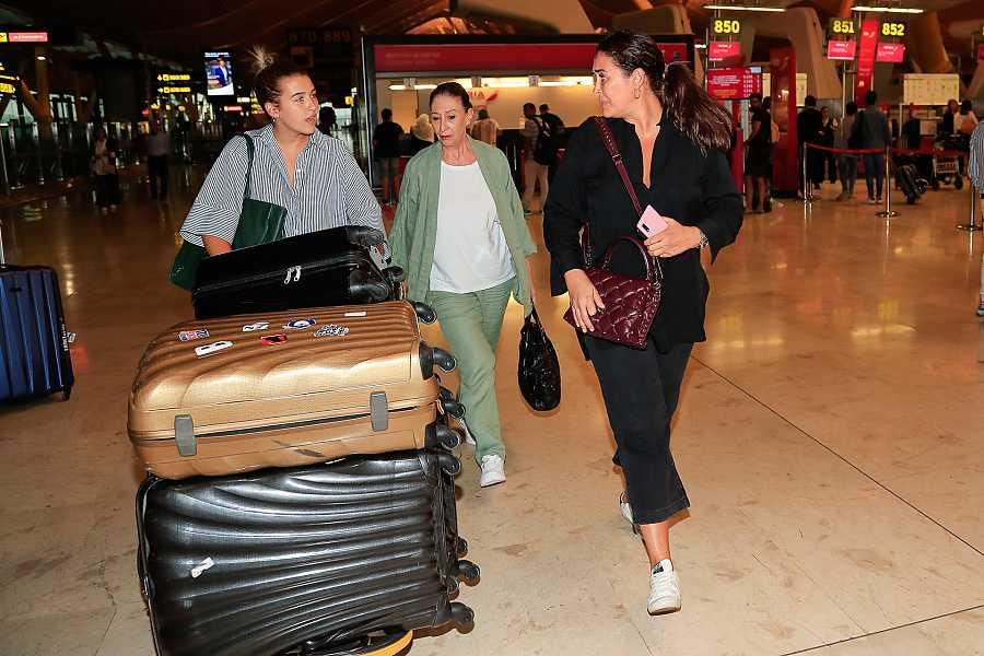 Vicky Martín Berrocal y su hija Alba Díaz en el aeropuerto
