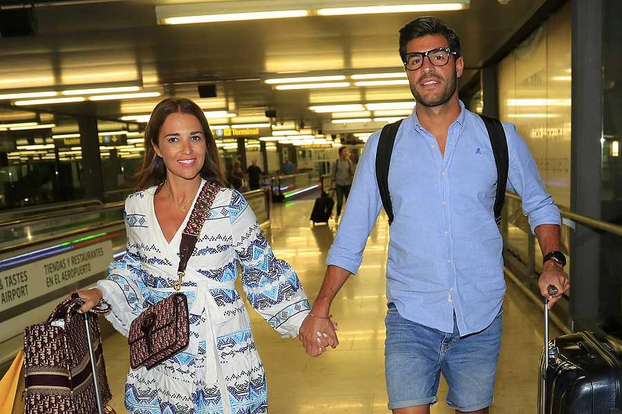Paula Echevarría y Miguel Torres en el aeropuerto