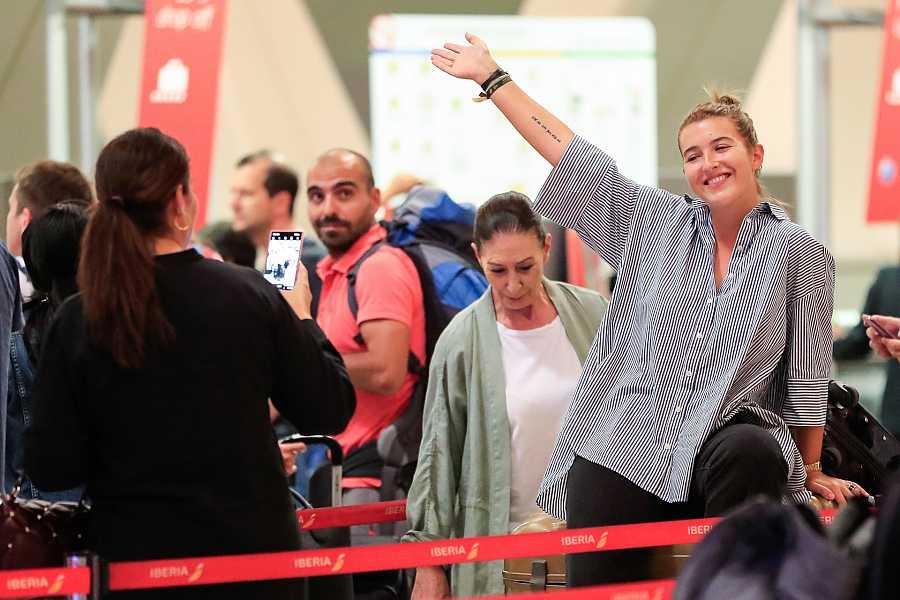 Vicky Martín Berrocal despide a su hija Alba Díaz en el aeropuerto