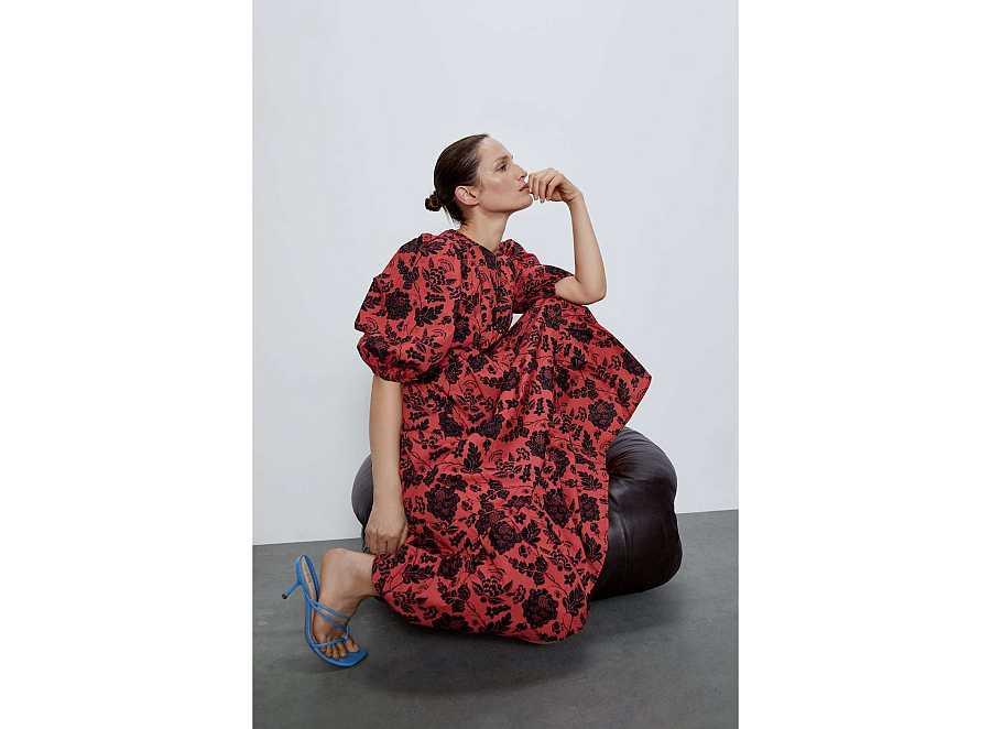 Vestido maxi de estampado floral de manga abullonada largo y over size de Zara