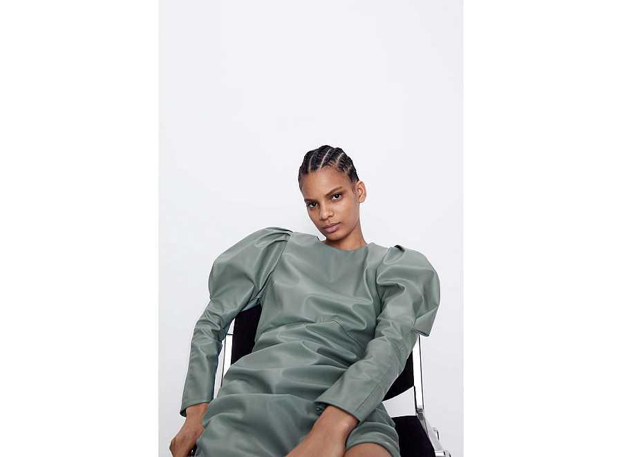 Vestido de manga abullonada en tono gris y efecto piel  de Zara