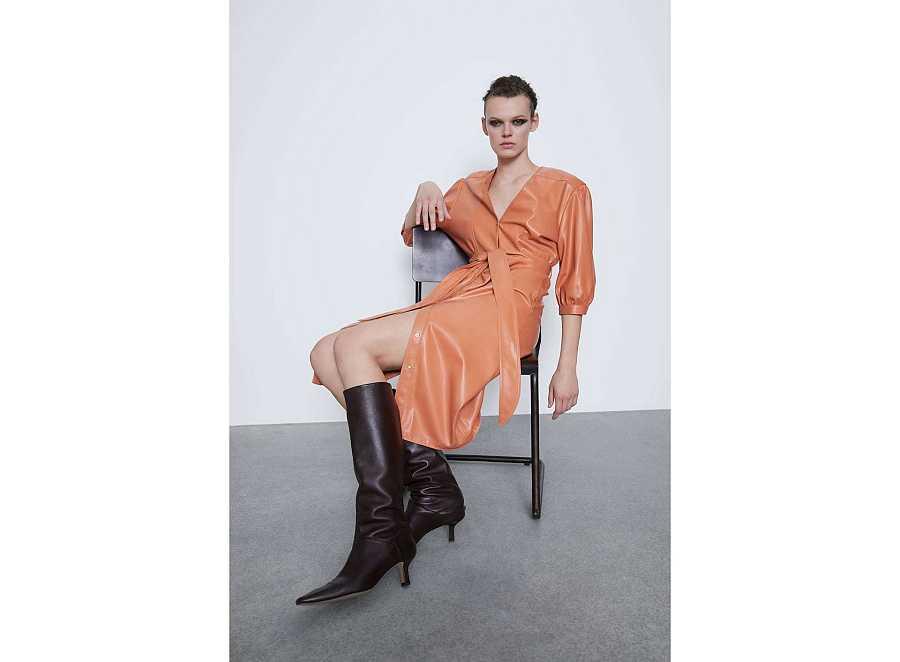 Vestido de polipiel naranja de estilo camisero con lazo en la cintura