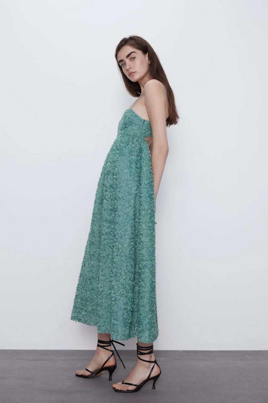 Vestido verde palabra de honor con flores de gasa