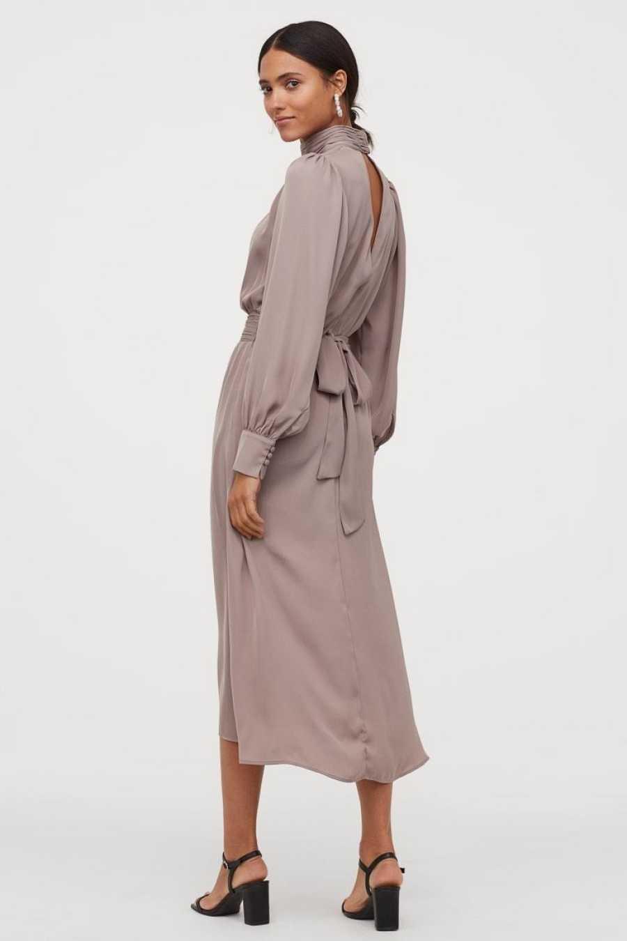 Vestido liso de cuello alto y abotonado, con detalle en los puños y cintura fruncida y con lazo