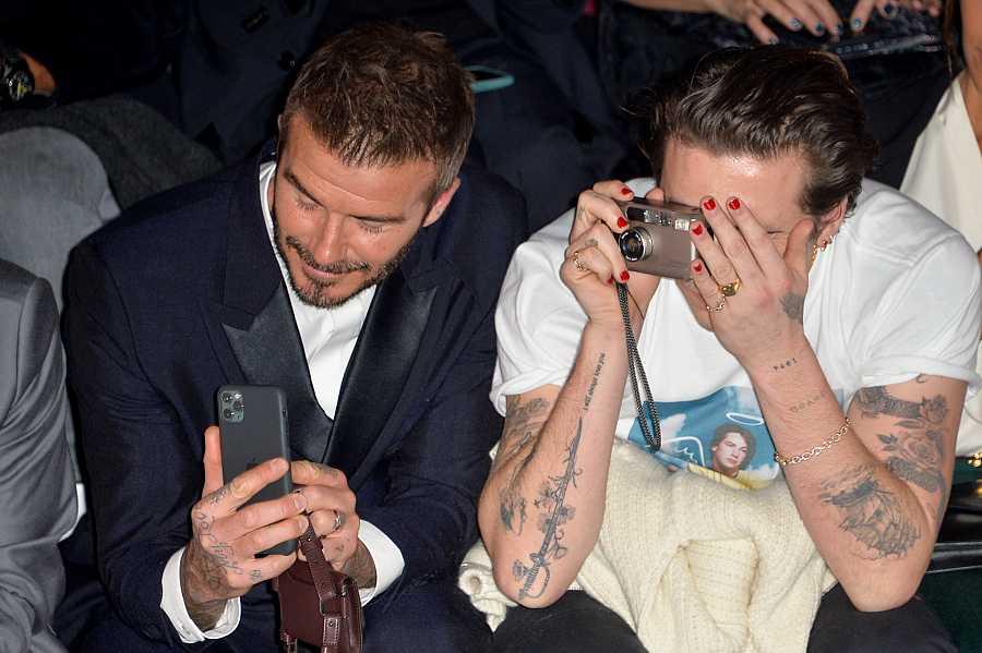 David Beckham y Brooklyn Beckham en un desfile de moda