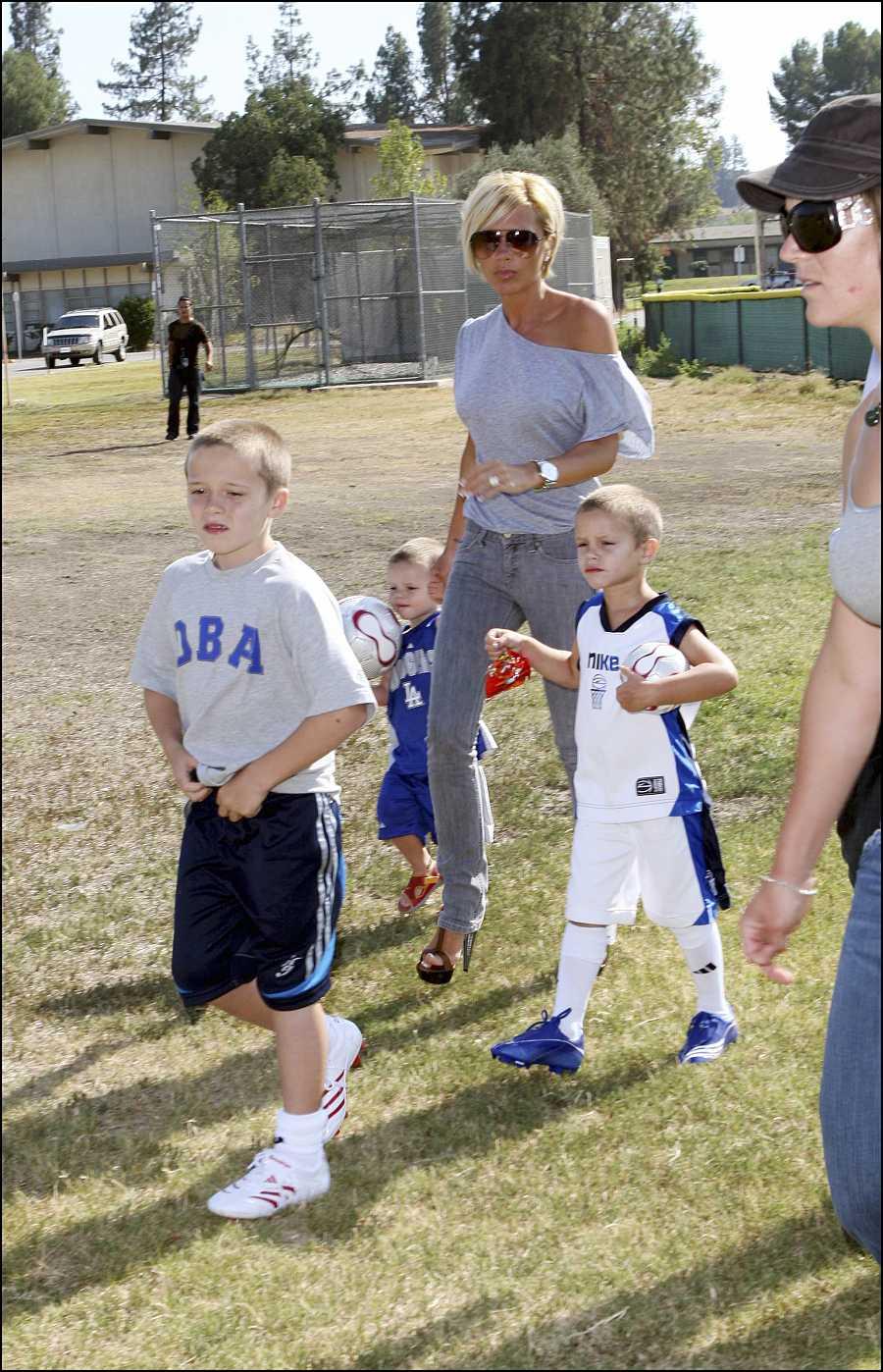 Victoria Beckham con sus hijos Brooklyn y Romeo en Los Ángeles en 2007
