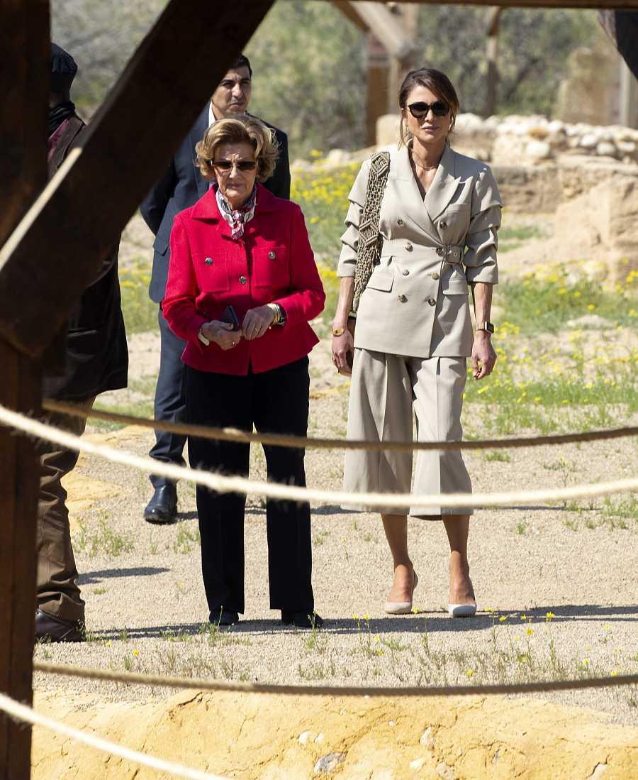 La Reina Sonia de Noruega pasea con Rania de Jordania por las ruinas de Al Magthas